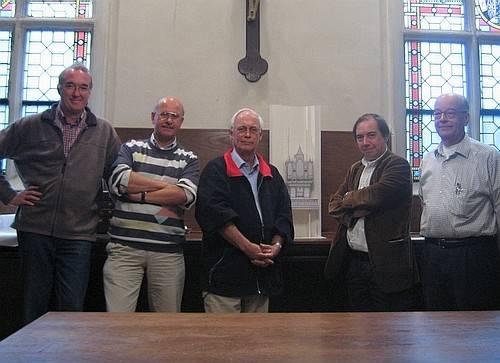Werkbespreking bij een maquette voor het nieuw te bouwen koororgel in de kathedraal van St. Catharina te Utrecht. v.l.n.r. Wouter van Belle, Wim Peeters, Cees van Oostenbrugge, Jos Laus en Frans Vermeulen. (foto: W. van Belle)